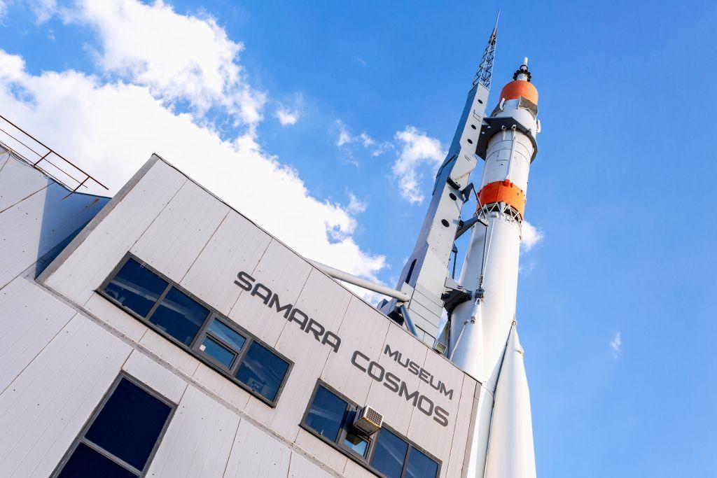 """Museum """"Samara Kosmos"""" mit Sojus Rakete"""