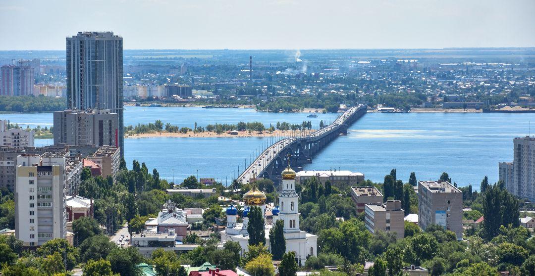 Blick auf das Stadtzentrum mit Wolga Brücke von Saratow
