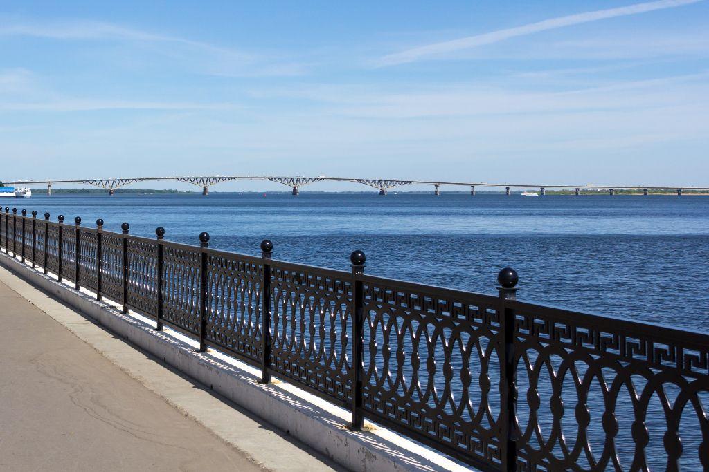 Promenade an der Wolga in Saratow mit Blick auf die Wolga Brücke