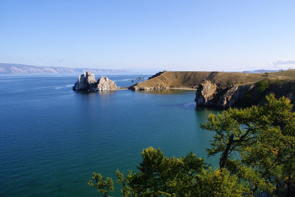 Küstenlinie der Insel Olchon im Baikalsee