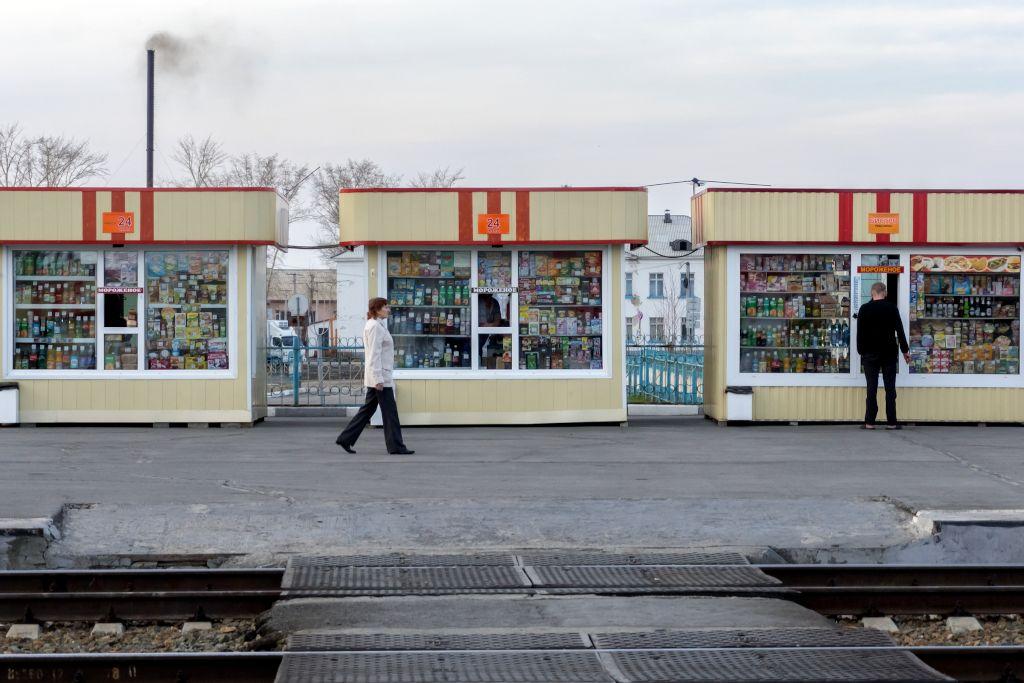 Kioske in einem Bahnhof auf der Strecke der Transsibirischen Eisenbahn