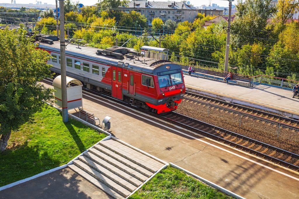 Zug der Transsibirischen Eisenbahn im Bahnhof von Nowosibirsk