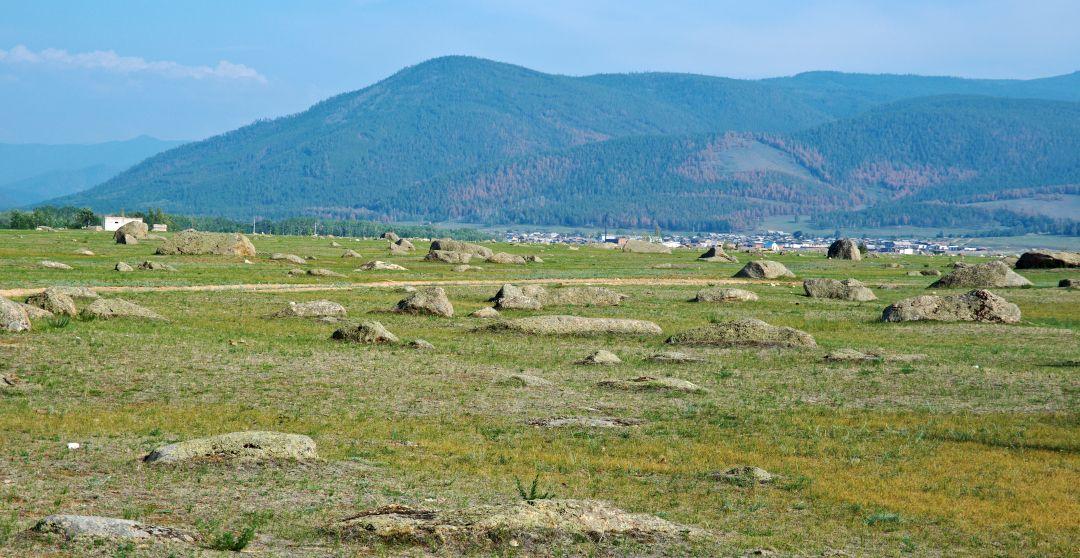 Erdbeben am Baikalsee - Tal mit Bergen im Hintergrund