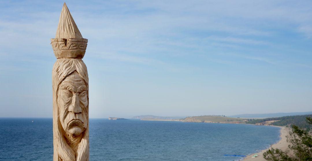 Pfahl mit geschnitztem Schamanengesicht auf der Insel Olchon im Baikalsee