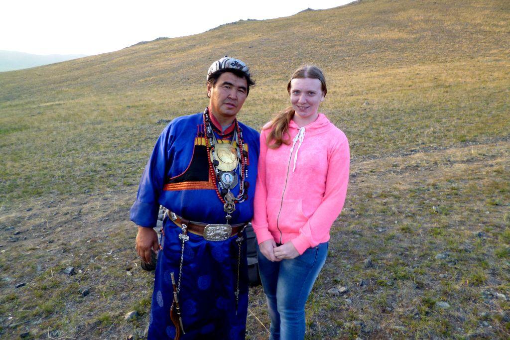 Schamane am Baikalsee in blauem Gewand
